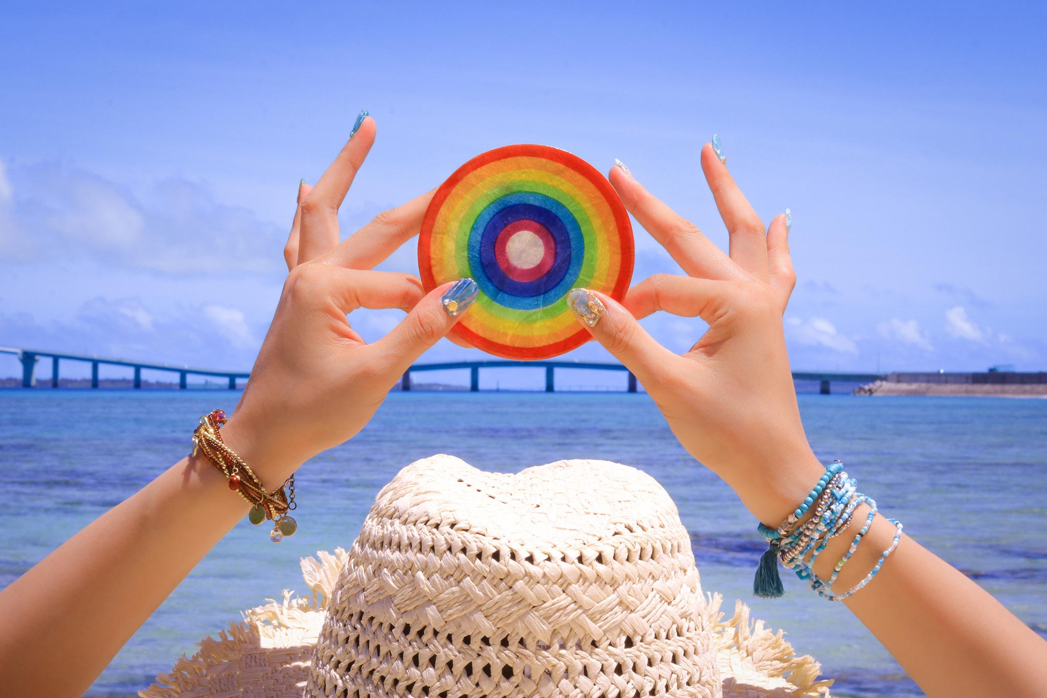 夏の海と虹色のソーサー(メリットのイメージ)